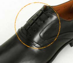 写真:これは内羽根式の靴